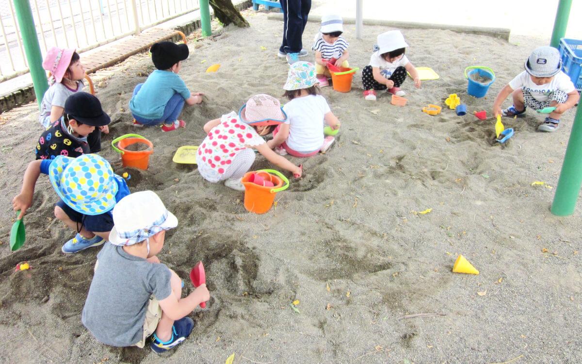 砂場/園庭内にあります。